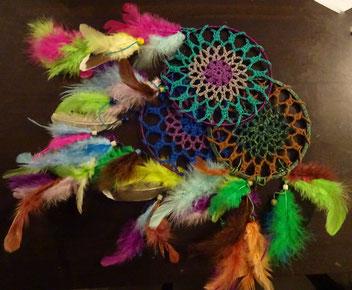 Ein farbenfroher Traumfänger handgemacht von Key von den Lesekatzen