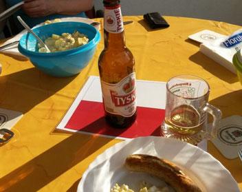 Ein Tisch mit polnischem Bier und Grillgut