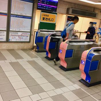 小田急東改札を出る