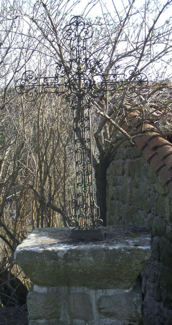 La croix ci-dessus est  située sur la voie communale N°1