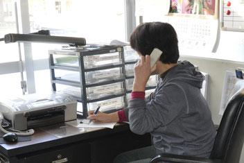 ▲利用者から送迎予約を受付ける事務局