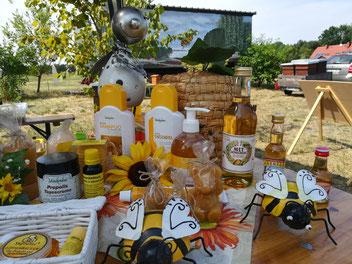 Diverse Produkte aus Honig und Bienenwachs.