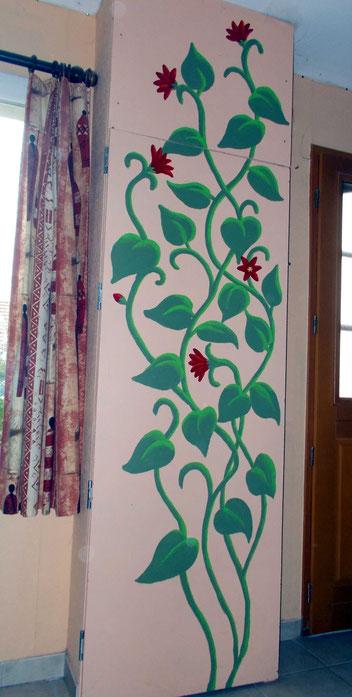 Peinture sur placard représentant une grande plante fleurie de 2,50 m de haut.