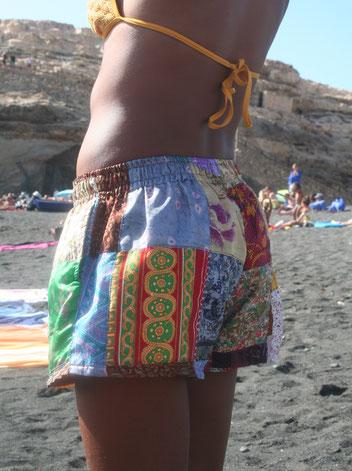 Pantalón hecho con trozos de tela de sari reciclados