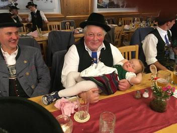 schlafendes Kind mit Opa in Tracht