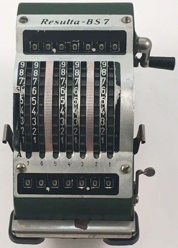 RESULTA BS7 Adding Machine, comercializada originariamente como MINERVA, fabricado por Maschinen und Werkzeugfabrik Paul Brüning, Berlín (Alemania),  año 1936, 11x15x11 cm