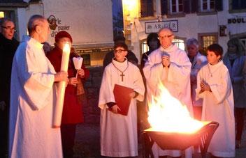 1.2-Le prêtre prépare le cierge Pascal, puis l'allume avec une braise venant du feu nouveau