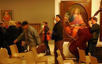 Les musiciens accompagnent en musique la sortie du public