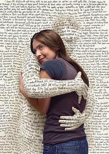 Pareja abrazándose, donde él es parte de un periódico