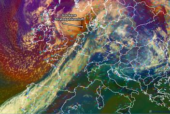 Abb. 3 |  Satellitenbild (Airmass RGB) von Europa am 28.10.2013 um 12 UTC. In dieser Darstellung wird die trockene Stratosphärenluft (Ocker) im Kernbereich des Tiefs deutlich. | Bildquelle: Eumetrain