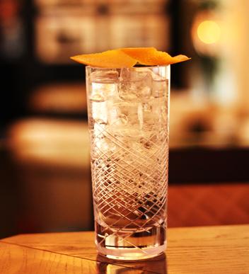 ANNA FAMOSA APERITIVO, cocktail, long drink aperitif,  rosen, pfirsich, tonic water, tonic, lillet, orange, erfrischung,