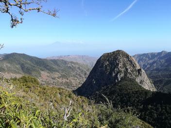 Roque de Ojila auf Gomera und der Teide von Teneriffa im Hintergrund