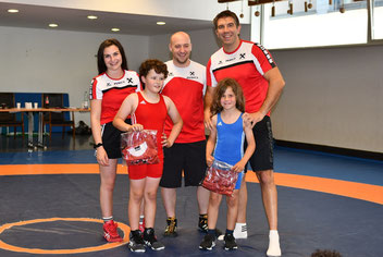 Gabriel Schieferer (Rot) und Adrian Suna (Blau) erhielten ein Geschenk für ihre guten Leistungen