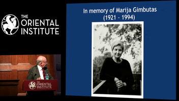Noviembre del 2017. Hístórico y emocionate momento en el que Lord Colin Renfrew, realiza una conferencia en homenaje a Marija Gimbutas tras décadas de criticar duramente sus teorias.