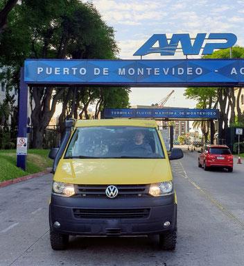 Piccolo fährt aus dem Hafen von Montevideo
