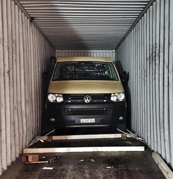 Sicherung des Fahrzeugs im Container