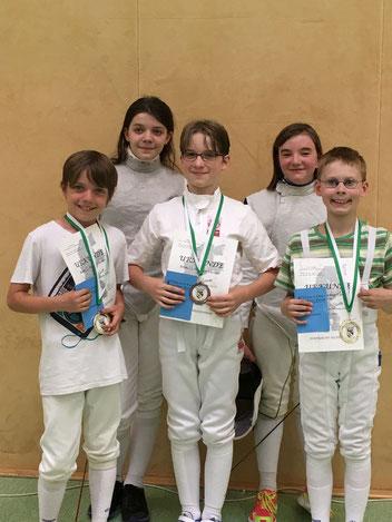 Das Foto zeigt die jüngsten Florett-FechterInnen, von links: Fritz Kraft, Ella Kraft, Victor Vollbrecht, Maja Acalski, Benjamin Schmitz