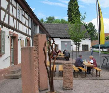 """Dorfzentrum Erlenbach mit dem Dorfgemeinschaftshaus und """"Kunst am Bau""""."""