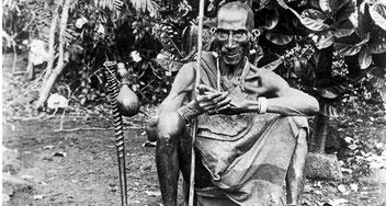 Uno stregone in posa con i suoi strumenti. Kenya intorno al 1936