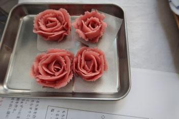 絞り出し袋を使って薔薇を作っていきます。