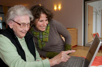 Seniorin lernt den PC kennen.