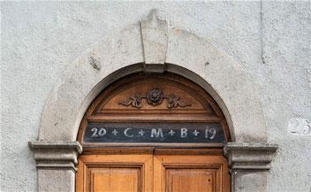 Inscription CMB sur le linteau d'une porte