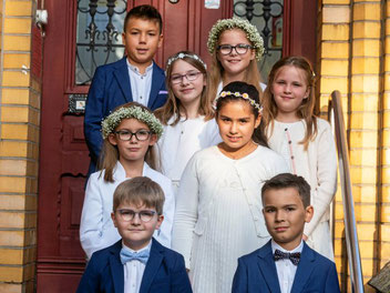 Andenken an den großen Tag in der Ludgerikirche: Diese Gruppe musste unter 46 Kindern in diesem Jahr am längsten auf ihre Erstkommunion warten.  (WAZ-Foto: Arnulf Stoffel / FUNKE Foto Services)