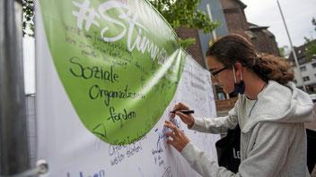 """Kinder und Jugendliche aus Duisburg schreiben bei dem Projekt """"Stimmgewaltig"""" schreiben ihre Wünsche, Ideen und Forderungen auf Meinungswände. (WAZ-Foto: Tanja Pickartz)"""