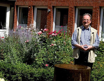 Prof. Dr. Franz-Josef Nocke, der von 1981 bis 1998 in Duisburg und Essen katholische Theologie lehrte, lebt heute mit elf anderen Menschen in den Wohnungen, in denen früher Ordensschwestern zu Hause waren. (Foto: RP / Christoph Reichwein)