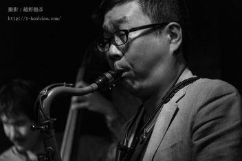 ジャズサックス、テナーサックス演奏中の鈴木学