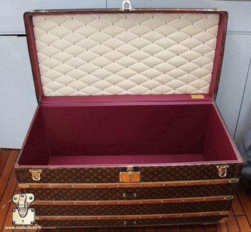 Publicité Louis Vuitton malle ancienne intérieur bordeaux prune.