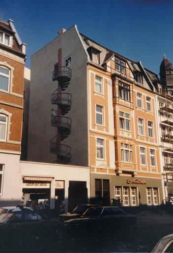 Der Nordstern um 1980 mit einer Treppe verzierten Hauswand - gemalt von Lo Graf von Blickensdorf  Sammlung Stoffers (Münsterländische Bank - Stadtarchiv)