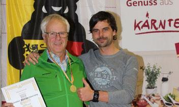 Maltataler Honigsorten wurden mit Gold- und Silbermedaillen prämiert. Bild: Manfred Schwarz mit seiner Goldmedaille