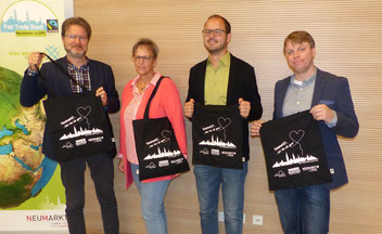 """Ralf Mützel, Christine Tischner, Matthias Auhuber und Christian Eisner stellen die """"Faire Neumarkter Einkaufstasche"""" vor. Foto: Anna Lehrer"""