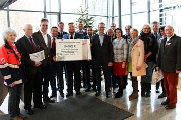 Dr. Philipp Dehn ( Geschäftsführender Gesellschafter, DEHN) und Helmut Pusch (Geschäftsführer Vertrieb, DEHN) übergeben jeweils 1.000 €