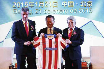 La presentazione da parte dell'Atletico di Madrid del nuovo Socio Cinese, Wang Jianlingil (al centro) Patron del Wanda Group,svoltasi il 21 gennaio 2015 a Pechino