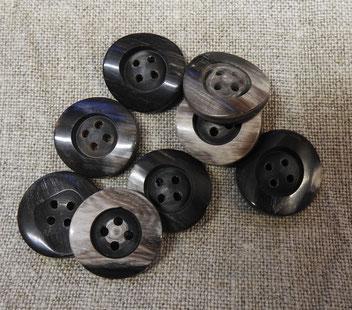 Büffelhornknopf 4-Loch, grau-hell-schwarz