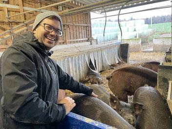 André Franz-Scheuren auf Schwartenfühlung mit einem 120 kg schweren Durocschwein