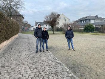 Das Ehepaar Fritz und André Franz-Scheuren von Ortsverband BÜNDNIS 90/ DIEGRÜNEN auf dem weitläufigen Kirmesplatz mit angrenzendem Spielplatz in Niederzeuzheim, der nicht nur für einen Kita-Container Platz bietet.