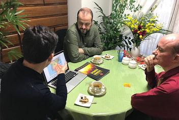 Fernando e Iñaki visitando  EuroLingual