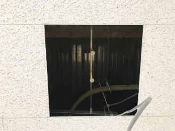 修理のために「埋込スクエア型照明器具(3灯タイプ)」を取り外した病院の天井