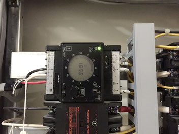 新しい機器を取り付けた照明器具タイマー