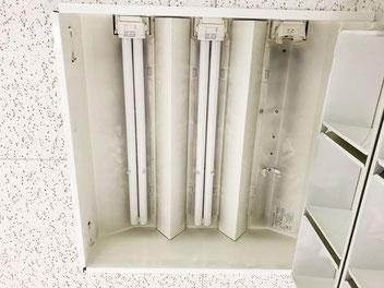 修理のために反射板を取り外した「埋込スクエア型照明器具(3灯タイプ)」