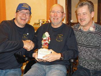 Das Bild zeigt v.l. Vorsitzender Thomas Trautmann, den Gewinner des Nikolauswanderpokals Dieter Heidenreich und den zweitplazierten Olaf Kopplin.