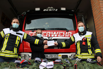 Sandra Gleim (mitte) über gibt den Zuwendungsbescheid der DSEE an Wehrfüher Ronny Kubat (rechts) und seinen Stellvertreter Marco Gleim. Foto: Kristoph-Felix Piepke
