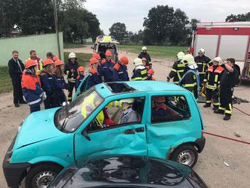 Die Feuerwehr Boizenburg kam zur Verstärkung, um die schwer verletzte Person zu retten.  Foto: Ralf Zücker