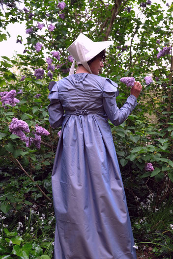 Eine Regency Pelisse aus blauviolettem Taft in Rückenansicht