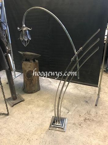 Fabrication d'un luminaire de jardin floral en acier inoxydable poli et acier forgé patiné et laqué.