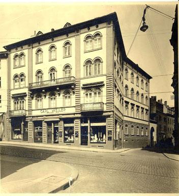 Kölnische Str. 4 um 1930 Im 2. Stock wohnten Hermann und Frieda Durch den Torbogen in der Mauerstraße ging es auf den Hof