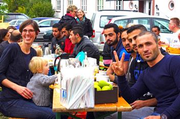 Erntedank 2016 vor der Flüchtlings-Unterkunft // Foto: Hartmann